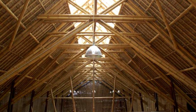 Edificio de 3 pisos hecho con bambú